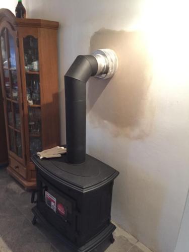 Dopojení kouřovodu od krbových kamen do třívrstvého nerezového komínu