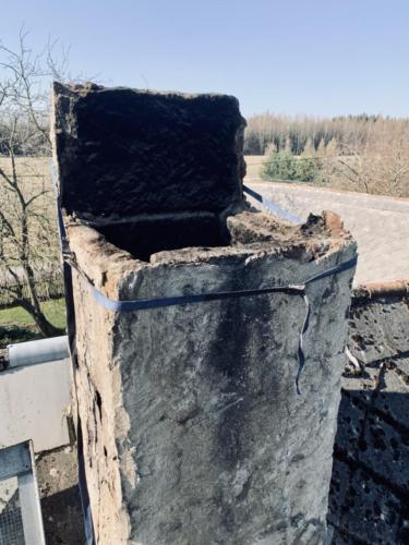 Demolice pískovcové nadstřešní části komína